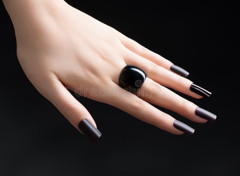 Mody czerni manicure zdjęcia stock