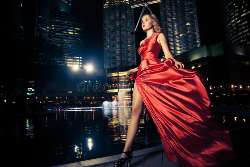 Mody dama W rewolucjonistki miasta I sukni światłach obrazy stock