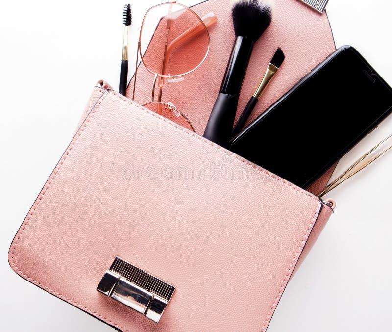 Mody damy akcesoria Ustawiający Mieszkanie nieatutowy torebka elegancka Makijaż zdjęcie stock