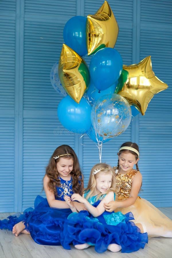 Mody dziewczyna świętuje jej urodziny obrazy stock
