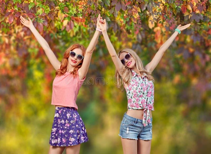 Mody dziewczyna, Elegancki lato strój Natura plenerowa obrazy stock