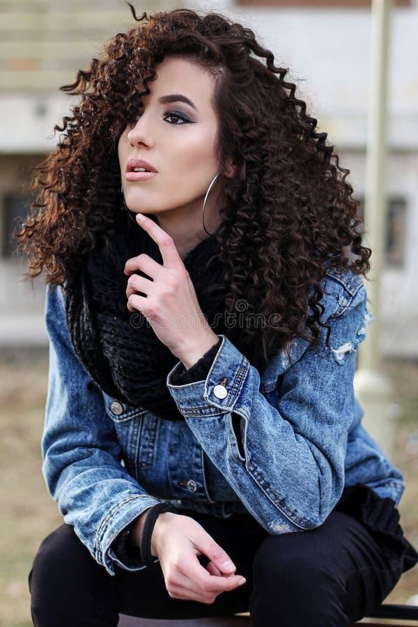Mody dziewczyna pozuje outdoors zdjęcie royalty free