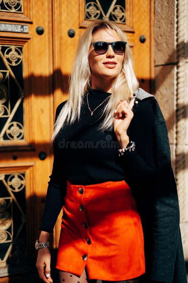 Mody dziewczyna W Modnej odzieży Piękna dziewczyna w żakiecie i czerwonej spódnicie Pozować w ulicie obraz royalty free