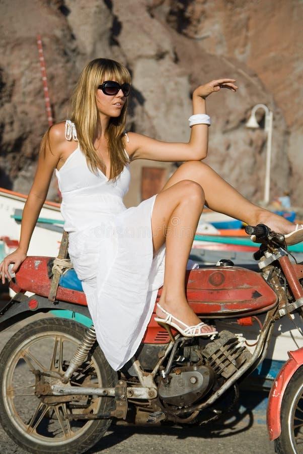 Mody dziewczyna w motocycle obrazy stock