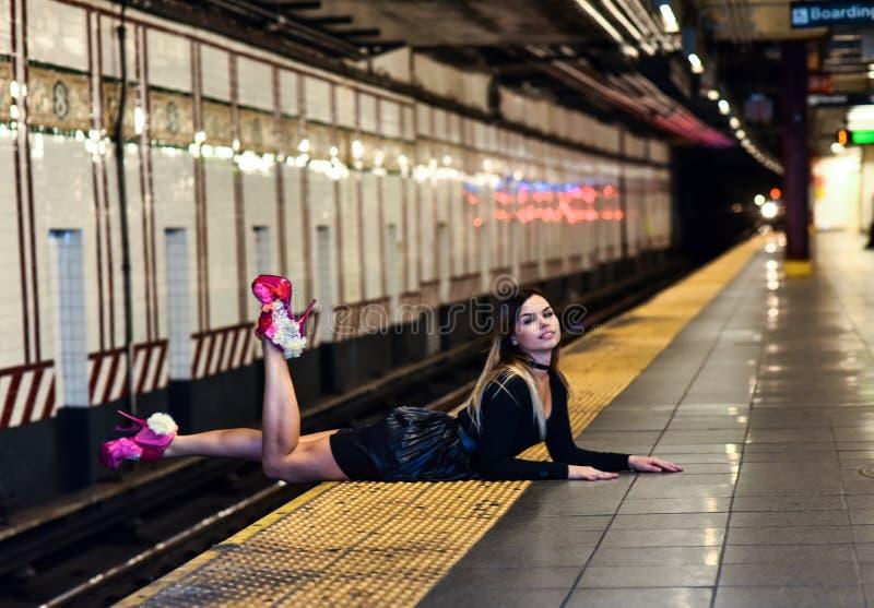 Mody dziewczyna w NYC metrze fotografia royalty free
