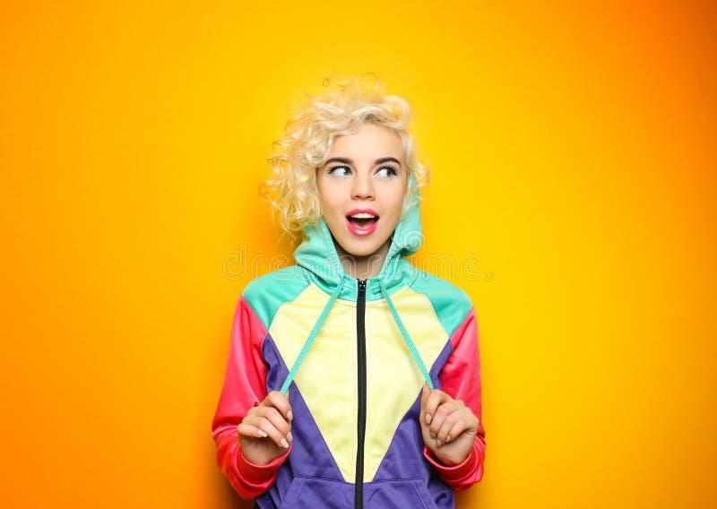 Mody dziewczyna w sportswear na tle obrazy stock