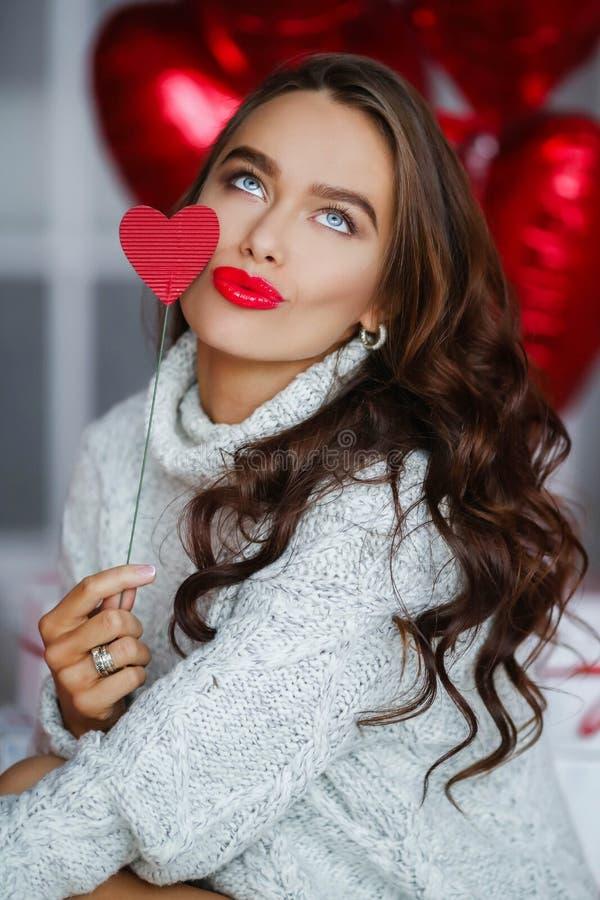 Mody dziewczyny brunet model z czerwonymi ballons obrazy royalty free
