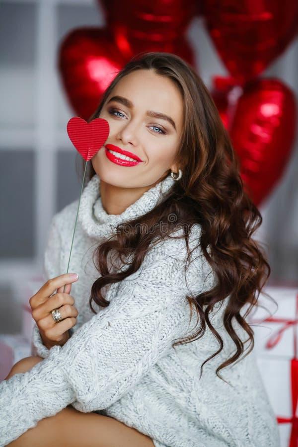 Mody dziewczyny brunet model z czerwonymi ballons obrazy stock