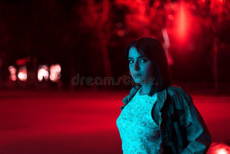 Mody dziewczyny portret w neonowym świetle fotografia stock