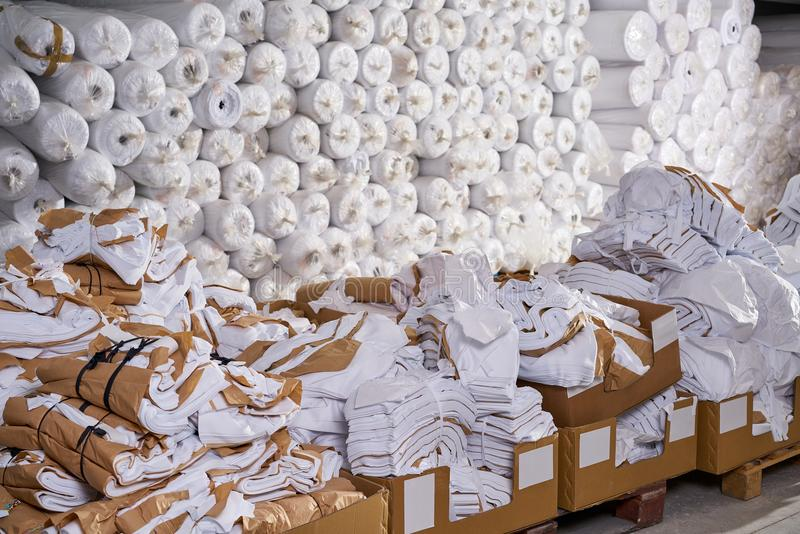 Mody fabryki tekstylny magazyn boksuje i rolki fotografia royalty free