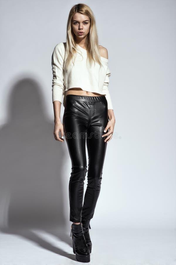 Mody fotografia młoda wspaniała kobieta tła dziewczyny target321_0_ woda obrazy stock