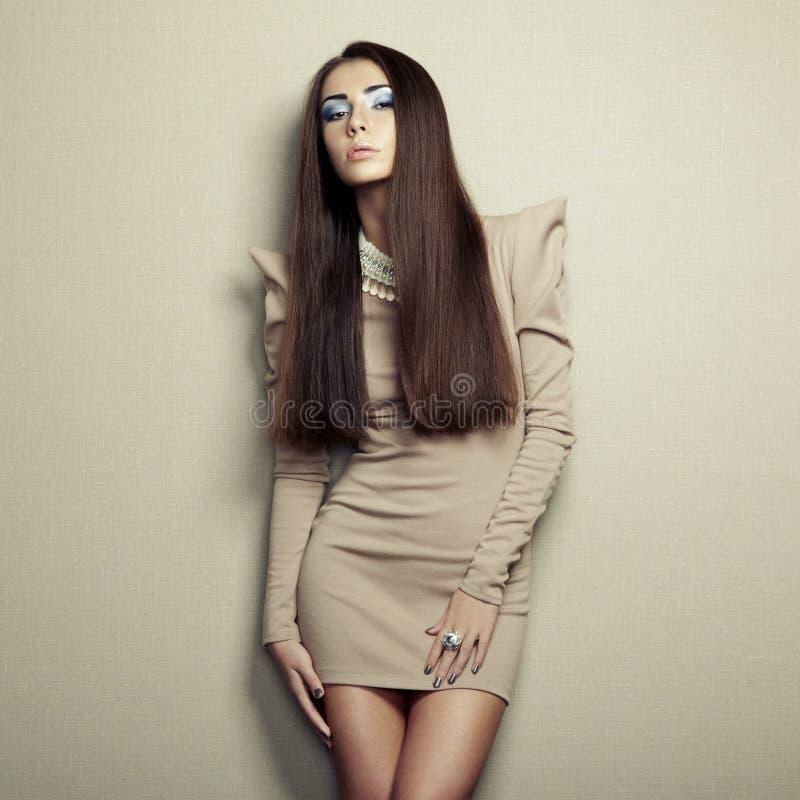 Mody fotografia młoda zmysłowa kobieta w beż sukni zdjęcia stock