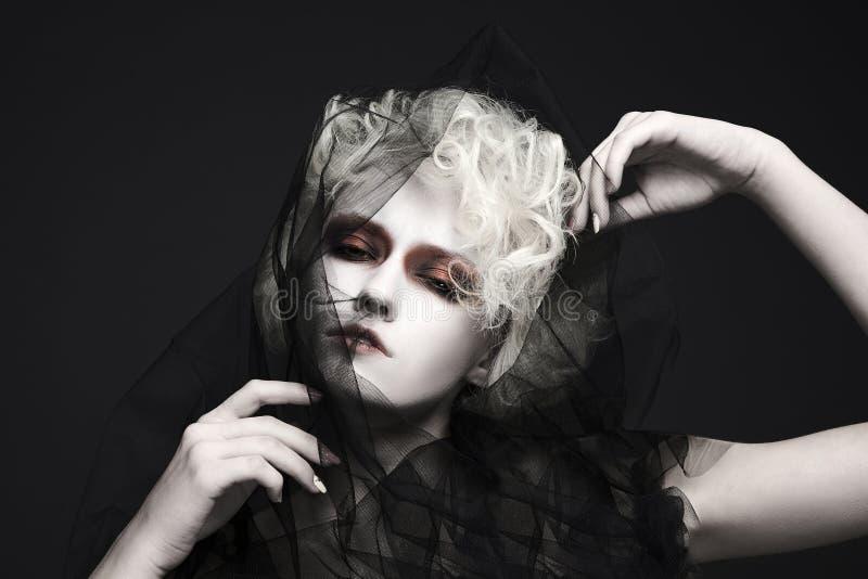 Mody Halloween kobieta z białą skórą obraz stock