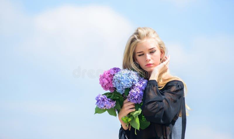 Mody i piękna przemysł Świętuje wiosnę Ogrodnictwa i botaniki pojęcie Dziewczyny mody model niesie hortensja kwiaty obraz stock