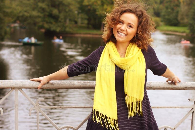 Mody kobieta na moscie w jesień parku obraz royalty free