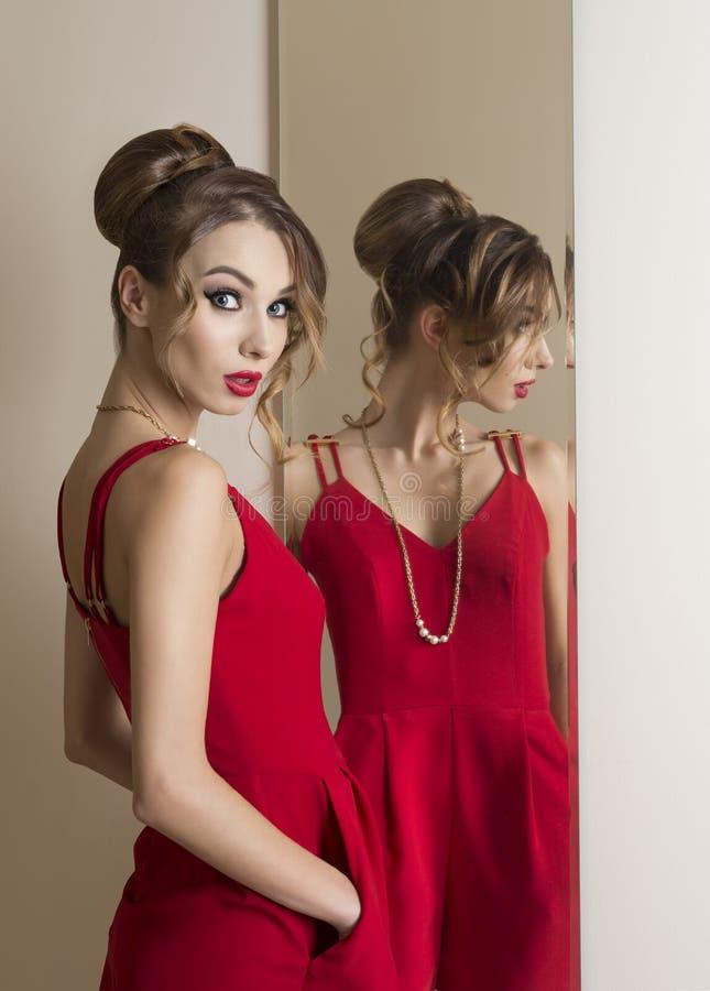 Mody kobieta patrzeje w lustrze obraz stock