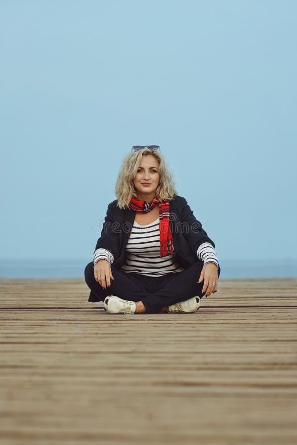 Mody kobieta relaksuje blisko morza zdjęcia royalty free