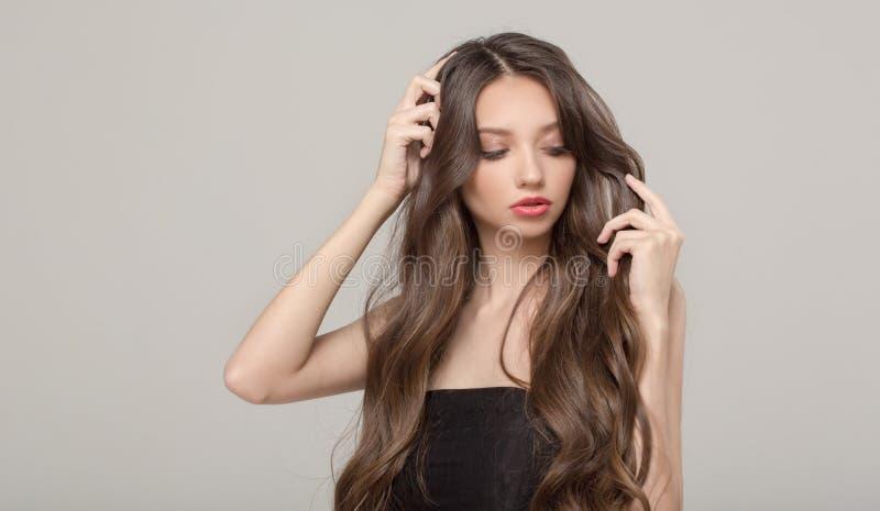 Mody kobieta, włosiany zamieszanie włosy długie falisty fotografia stock