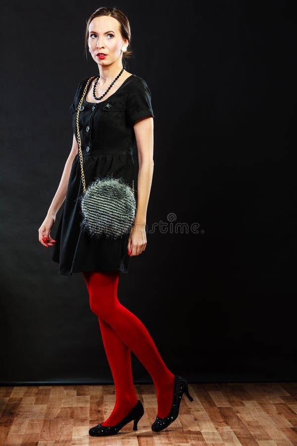Mody kobieta w czerwonej rajstopy torebce obraz royalty free