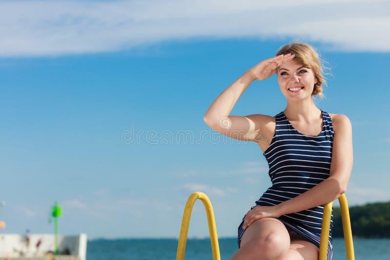 Mody kobieta w pasiasty smokingowy plenerowym Lato zdjęcie stock
