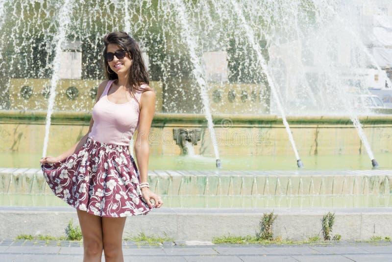 Mody kobieta z spódnicą w Włochy obrazy royalty free