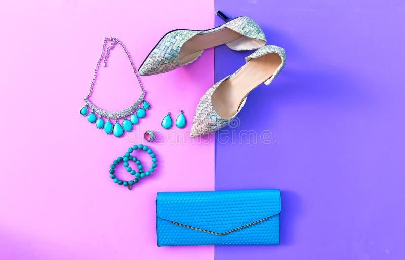 Mody kobiety akcesoria ustawiający Modna moda kuje pięty, eleganckiego torebki sprzęgło, kolię, bransoletkę i pierścionek, obraz stock