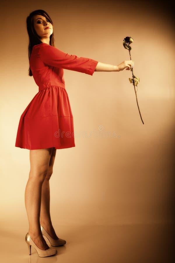 Mody kobiety nastoletnia dziewczyna w czerwonej todze z suchym wzrastał obraz stock