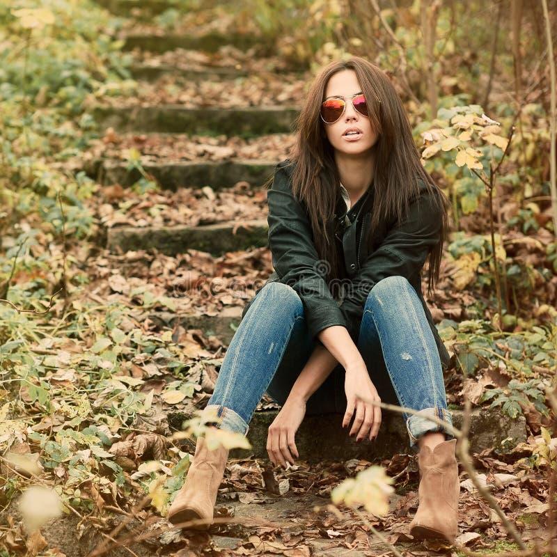 Mody kobiety piękny portret jest ubranym okulary przeciwsłonecznych fotografia royalty free