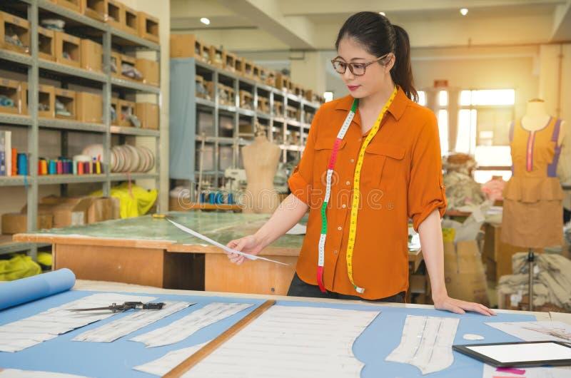 Mody kobiety projektanta chwyt szkicu projekt obrazy royalty free