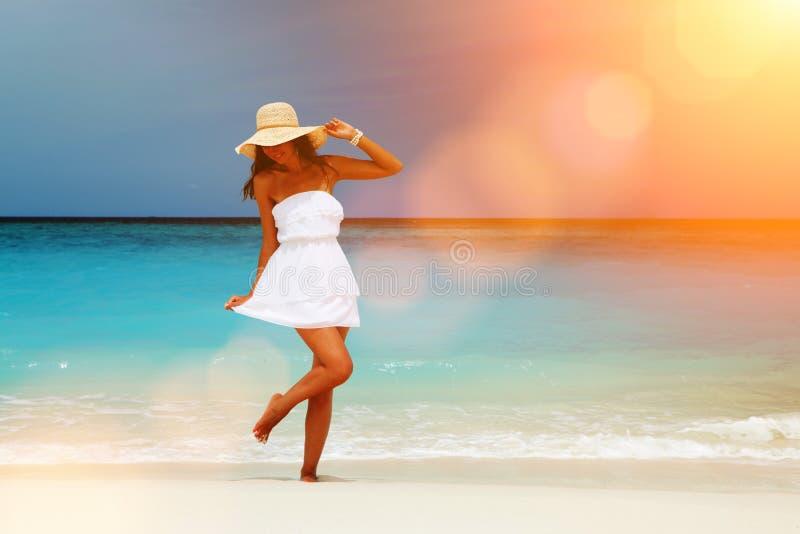 Mody kobiety taniec na pla?y Szcz??liwy wyspa styl ?ycia Bia?y piasek, b??kitny chmurny niebo i kryszta?u morze tropikalna pla?a, zdjęcie stock