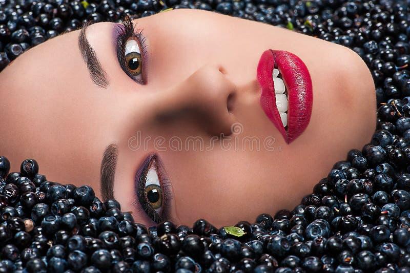 Mody kobiety twarz w czarnych jagodach fotografia stock