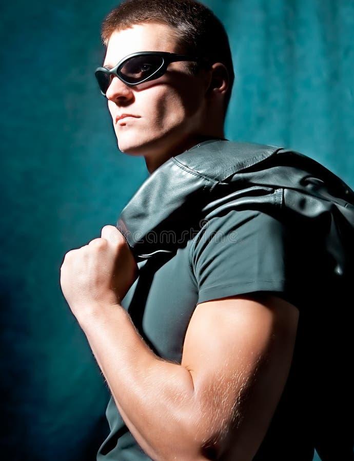 Mody męska whit okularów przeciwsłoneczne chwyta czerń kurtka zdjęcia stock