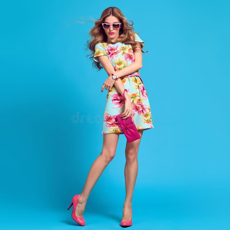 Mody młoda kobieta Kwiecista suknia, pięty, fryzura obraz royalty free
