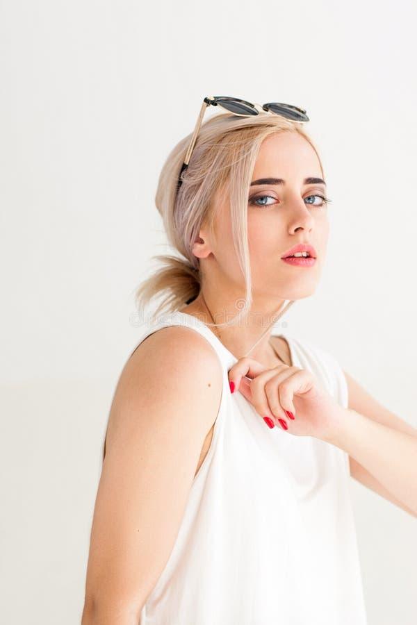 Mody młoda kobieta w okularach przeciwsłonecznych fotografia stock
