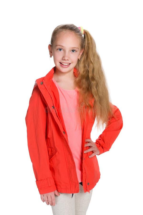 Mody mała dziewczynka w czerwonej kurtce zdjęcie royalty free