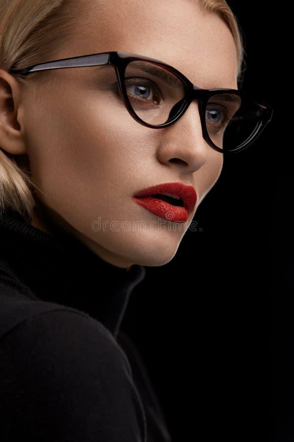 Mody Makeup model Z Czerwonymi wargami I Czarną Eyeglasses ramą fotografia royalty free
