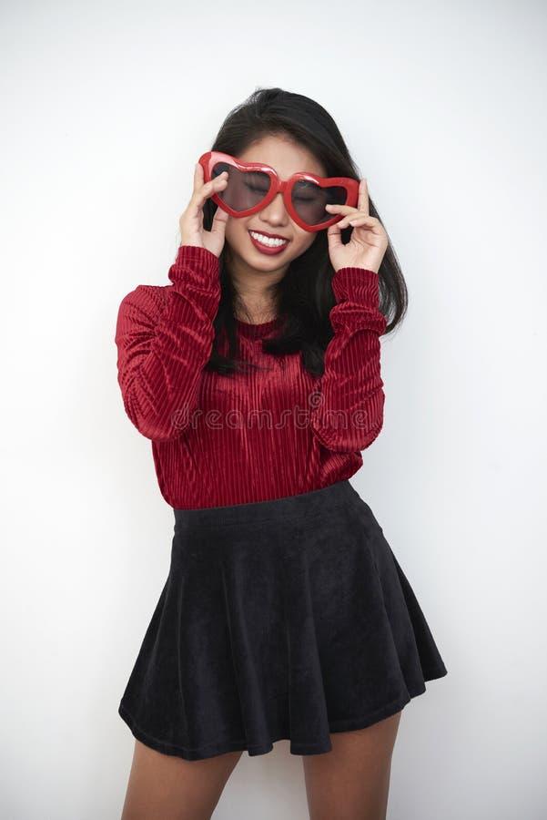mody modela okulary przeciwsłoneczne zdjęcia royalty free