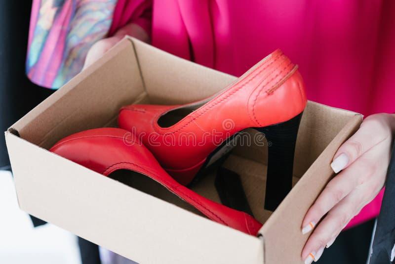 Mody obuwia zakupy szpilki butów czerwony pudełko obrazy stock