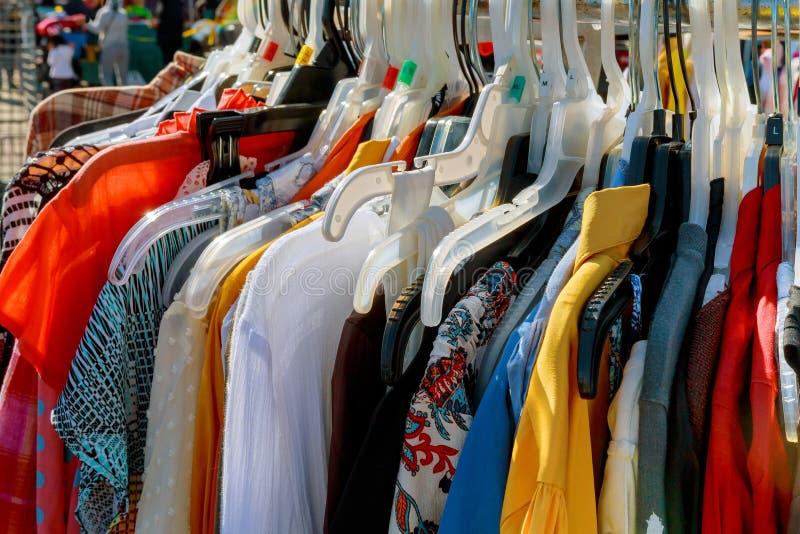 mody odzież na wieszakach przedstawienie obrazy stock