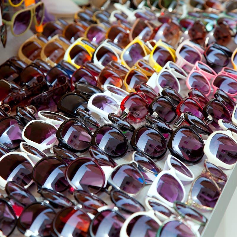 Mody okularów przeciwsłoneczne rzędy w plenerowym sklepowym pokazie fotografia stock