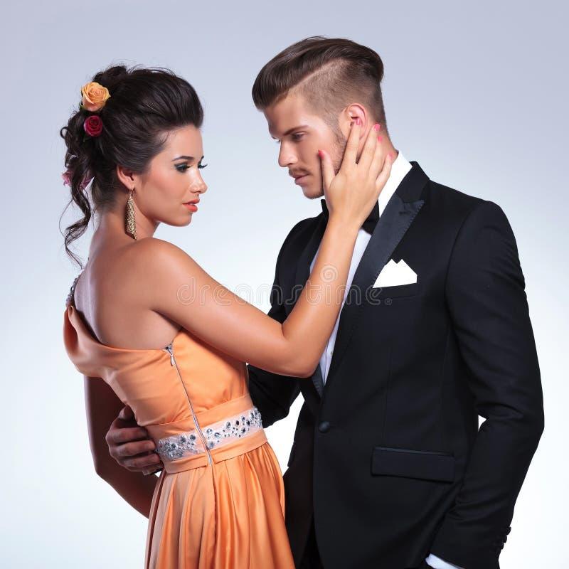 Mody para z kobieta mężczyzna wzruszającą twarzą fotografia stock