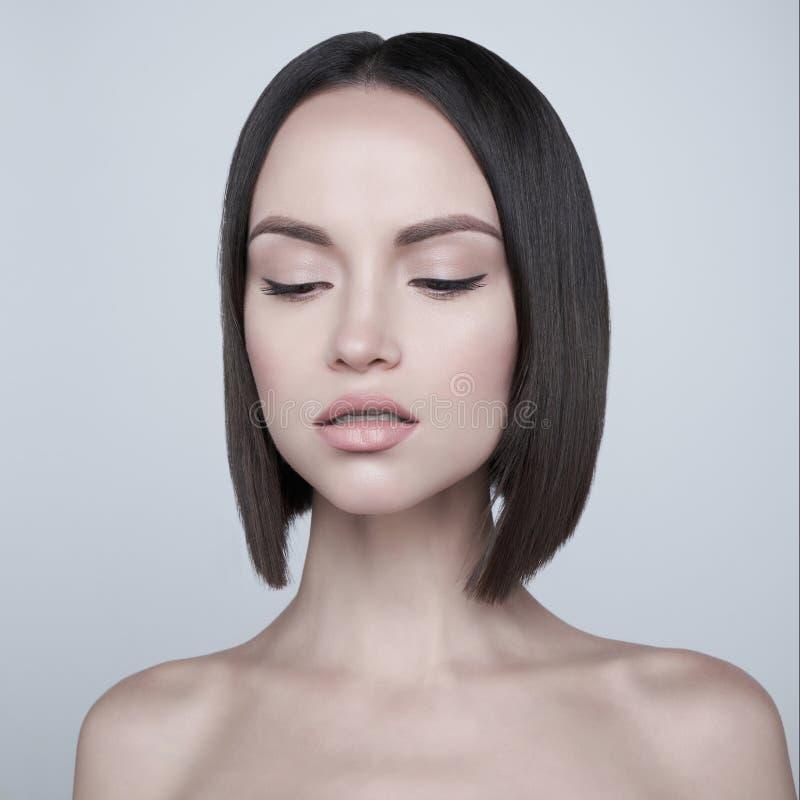 Mody piękna brunetka z krótkim ostrzyżeniem Pracowniany portret fotografia royalty free