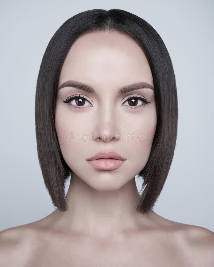 Mody piękna brunetka z krótkim ostrzyżeniem Pracowniany portret zdjęcie royalty free