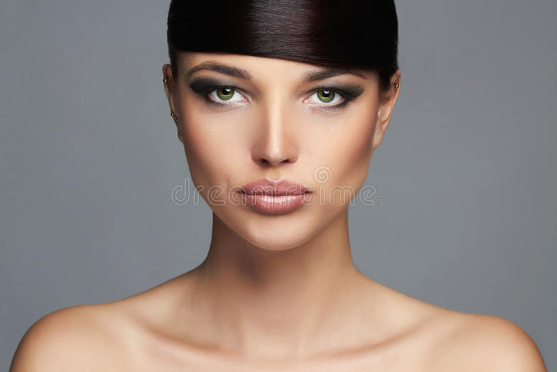 mody piękna dziewczyna fryzury kraniec Fachowy Makeup Młoda piękno kobieta fotografia royalty free