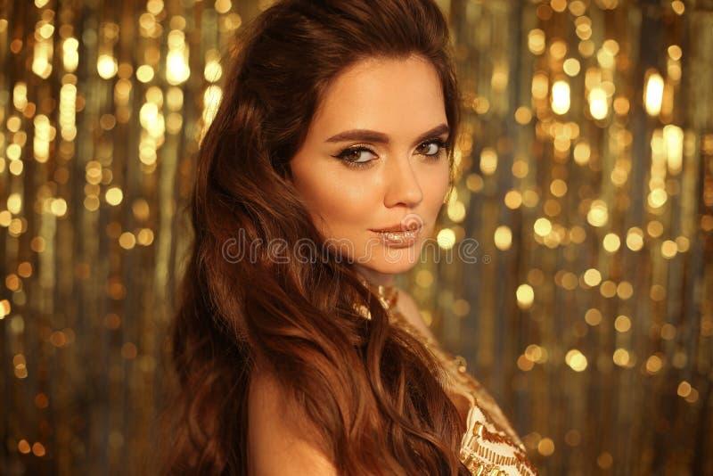 Mody piękna dziewczyny portret Odizolowywający na złotym Bożenarodzeniowym błyskotliwym bokeh zaświeca tło Splendoru makeup Złoci fotografia royalty free