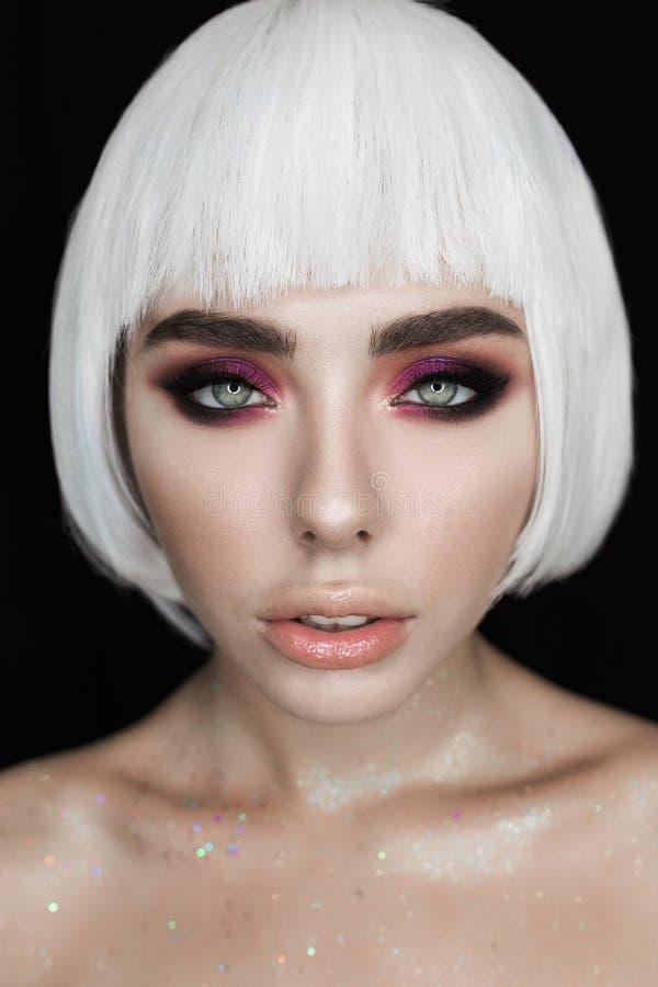 Mody piękna kobiety Elegancki portret z Białym Krótkim włosy Dziewczyny ` s twarzy zakończenia Fachowy Makeup, odizolowywający na obrazy royalty free