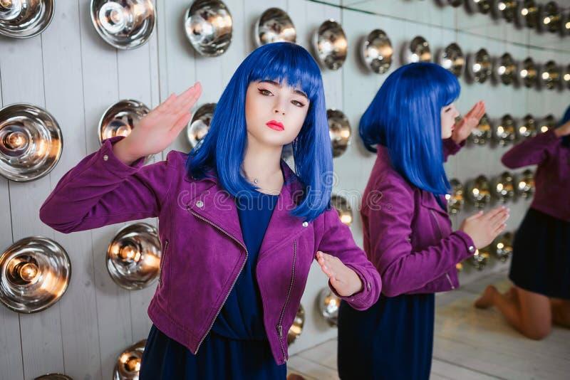 Mody pokraka Portret splendor syntetyczna dziewczyna, sfałszowana lala z pustym spojrzeniem i błękitny włosy, siedzi w studiu fotografia stock