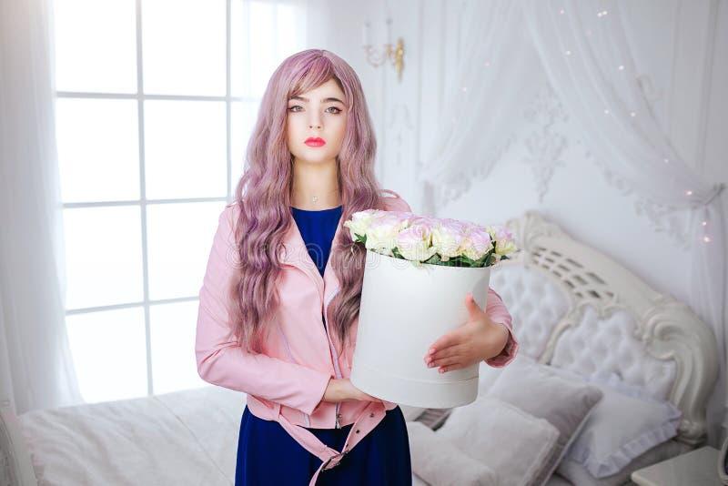 Mody pokraka Splendor syntetyczna dziewczyna, sfałszowana lala z pustym spojrzeniem i długi lily włosy, trzymamy pudełkowaty z kw zdjęcie royalty free
