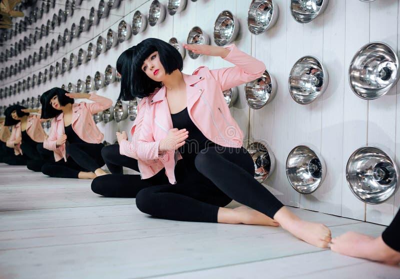 Mody pokraka Splendor syntetyczna dziewczyna, sfałszowana lala z pustym spojrzeniem i krótki czarni włosy, siedzimy w studiu eleg zdjęcie royalty free