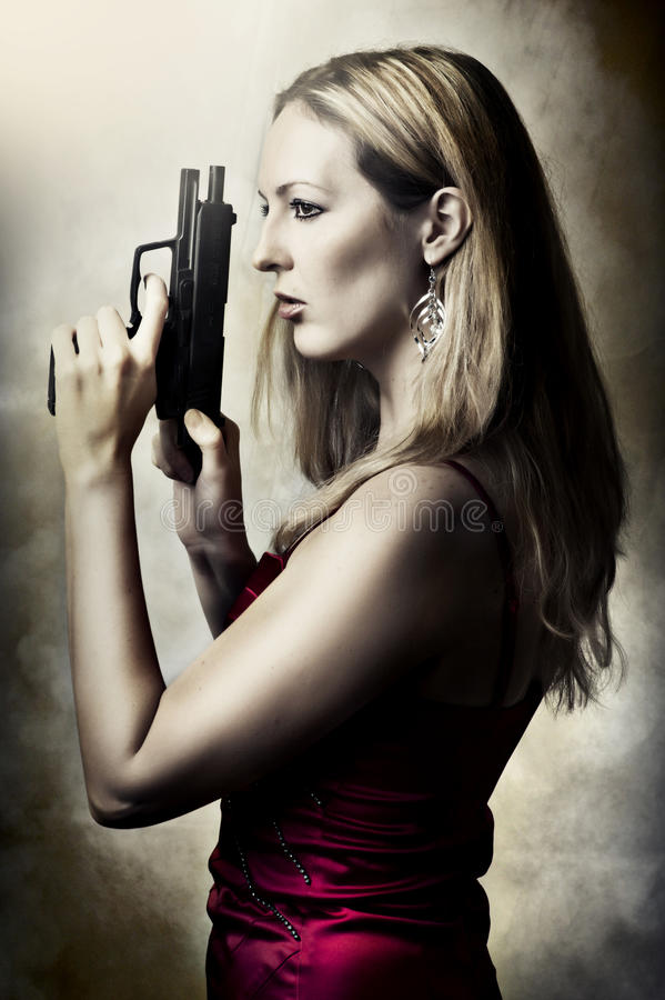 Mody portret seksowna kobieta z pistoletem zdjęcie stock